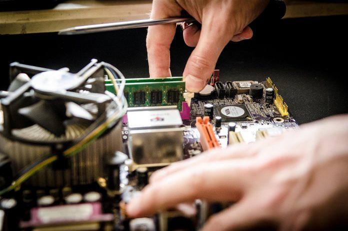 Computer-Reparatur - schrauben an der Platine