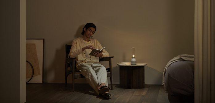 Glaslautsprecher LSPX-S3 von Sony - Mann liest Buch mit Hintergrundlicht