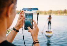 Hermetic dry bag von Fidlock - Person fotografiert mit Smartphone eine SUP-Paddlerin
