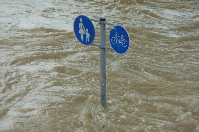 Hochwasser - Verkehrsschild in den Fluten