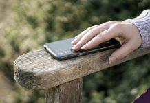 Response by Doro - Senior legt Hand auf Handy