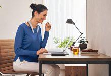 SRS-NB10 von Sony - Nackenbügel-Lautsprecher liegt auf Schulter einer Frau die im Home Office arbeitet