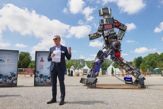 Wertgarantie-Vorstand Konrad Lehmann vor dem Wertgiganten in München