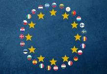 Flaggen der EU-Staaten kreisförmig angeordnet mit gelben Sternen