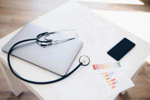 Healthcheck für Websites - Notebook mit Stetoskop