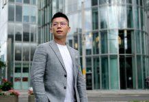 Alan Jiang - General Manager Oppo Deutschland steht vor Glasgebäude