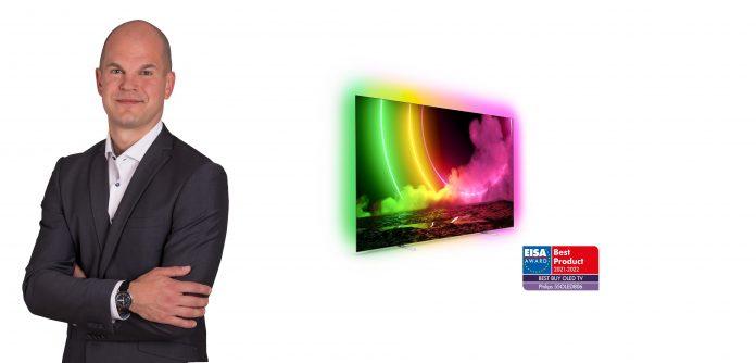 David Späth - Business Management Director bei TP Vision DACH - mit EISA-prämiertem Philips TV