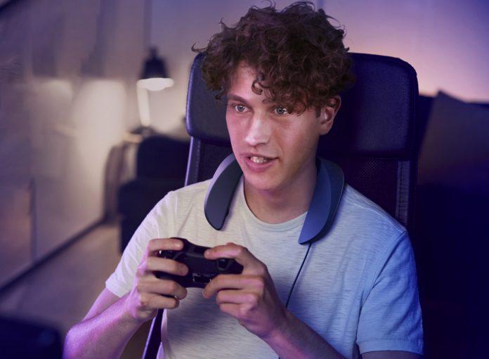 Panasonic Gaming Nacken-Lautsprecher SC-GN01, Mann mit Controller in der Hand