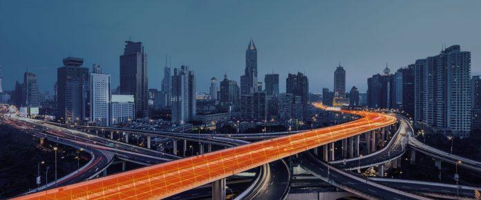 gfknewron - Highway in der Stadt mit orangenem Band
