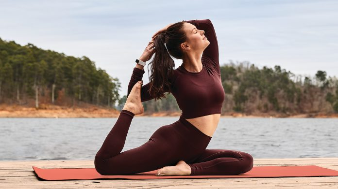 Frau macht Yoga und trägt den Fitbit Charge 5