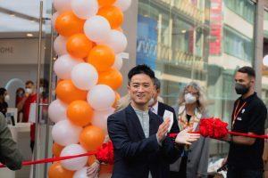 Alan Chen Li bei der Shop-Eröffnung