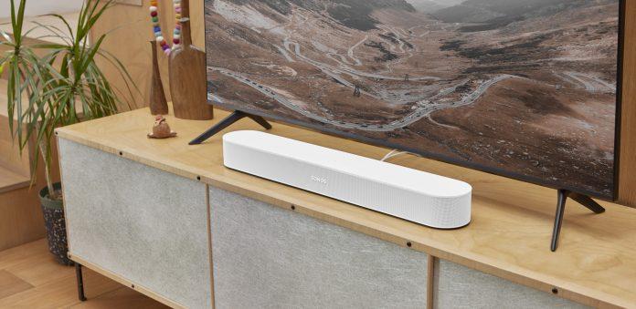 Sonos Beam Gen 2 auf Bord vor Fernseher