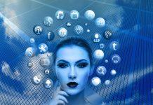 Frauengesicht mit Social Media Icons vor blauem Hintergrund