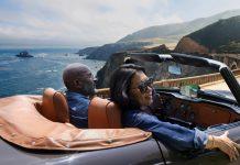 Garmin DriveSmart - Paar im Cabrio fährt Küstenstraße entlang