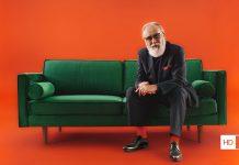 HD+ TV-Kampagne: Friedrich Liechtenstein auf grünem Sofa vor blutorangenem Hintergrund
