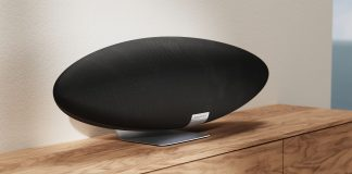 Zeppelin Speaker auf Sideboard