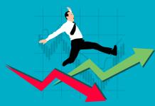 Mann mit Schlips fällt über roten und grünen Pfeil - Preisanstieg und Preisverfall